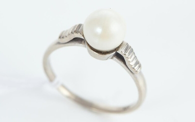 A CULTURED PEARL RING IN 14CT GOLD, SIZE O, 2.6GMS