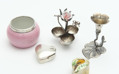A GROUP OF VINTAGE ITEMS INCLUDING AN 800 SILVER BUD VASE, AN 800 SILVER EARRING KEEPER, PORCELAIN POT WITH STERLING SILVER RIM AND...