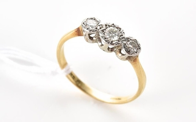 A VINTAGE THREE STONE DIAMOND RING IN 18CT GOLD AND PLATINUM, SIZE M, 1.6GMS