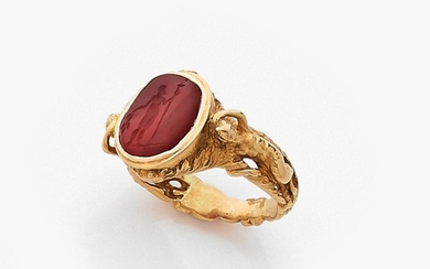 BAGUE CHEVALIERE INTAILLE A cornelian intaglio and gold ring.