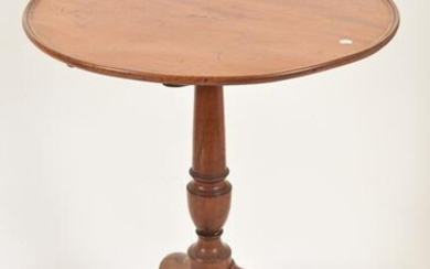 Queen Anne mahogany dish-top tea table, Massachusetts