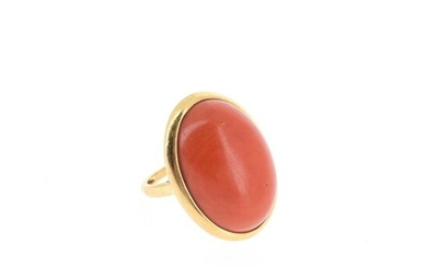 18 K (750 °/°°) yellow gold ring set with a coral cabochon Gross
