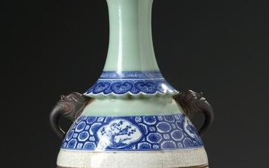 A CHINESE BLUE AND WHITE CELADON VASE, 19TH-20TH