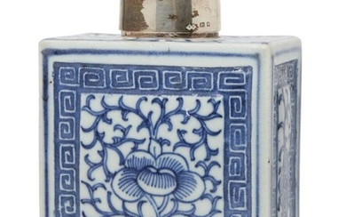 A Chinese blue and white porcelain tea caddy, early 20th...