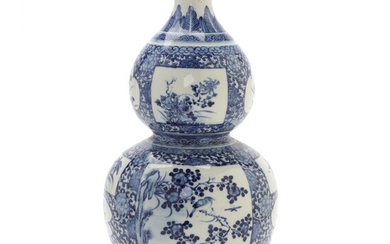 A Chinese gourd shaped blue and white porcelain vase. Republic. H. 39 cm. – Bruun...