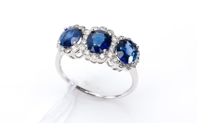 A SAPPHIRE AND DIAMOND TRIPLE CLUSTER RING IN 18CT WHITE GOLD, SAPPHIRES TOTALLING 2.61CTS, DIAMONDS TOTALLING APPROXIMATELY 0.37CTS