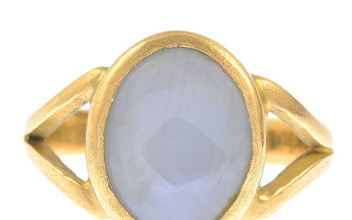 An 18ct gold star sapphire single-stone ring.