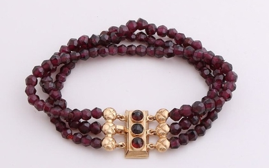 Bracelet with garnets and yellow gold clasp, 585/000.
