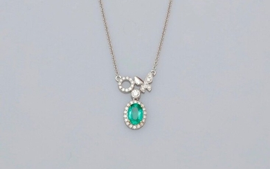 Chain centered with a butterfly motif in white gold, 750 MM, covered with diamonds bearing an oval emerald weighing 0.70 carat finely hemmed with diamonds, length 43 cm, 19 x 12 mm, weight: 2.95gr. rough.