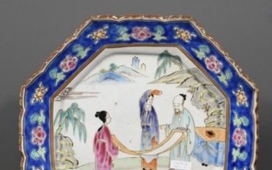 Chinese porcelain dish decorated with characters (Ø 28cm)...