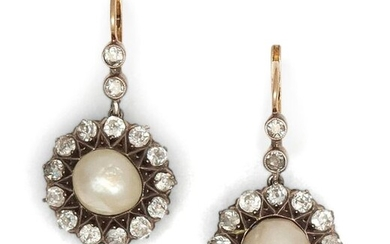 "Pair of "" Dormeuses "" in yellow gold and silver, each adorned with a mabé pearl in an entourage of antique cut diamonds. Longueur : 3 cm. P. Brut : 6.3 g."