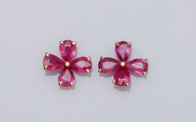 Pair of flower earrings in 18K yellow gold 750°/00 (18K), set with pear cut rubies for about 1.40 ct. 0.8 g. Width: 8.6 mm. Eagle's head punch