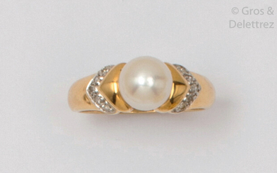 Yellow gold ring, adorned with a cultured pearl...