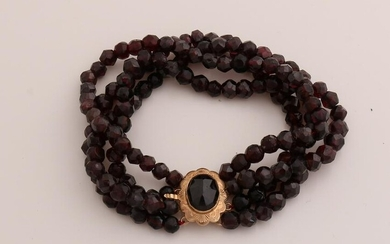Bracelet with garnet and yellow gold clasp, 585/000.