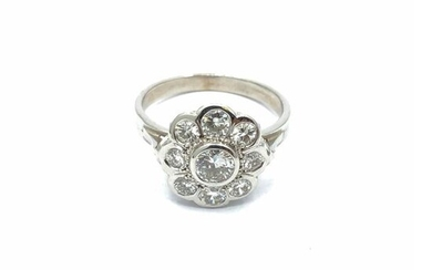 Daisy ring in 750° white gold with a central diamond of about 0.30 ct in a ring of eight brilliant-cut diamonds