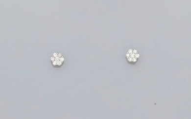 Earrings each drawing a white gold flower, 750 MM, covered with diamonds, 5 x 5 mm, weight: 1.2gr. rough.