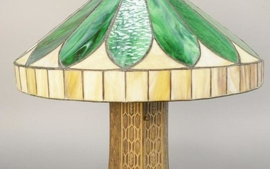 Leaded glass table lamp shade having large leaves with