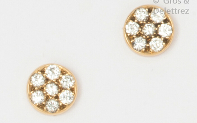 Pair of circular ear chips in yellow gold, paved with brilliant-cut diamonds. Diameter: 8mm. Rough weight: 2.5g.