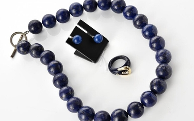 A LAPIS-LAZULI JEWELLERY SET COMPRISING A NECKLACE, THE LAPIS COMING FROM AFGHANISTAN, BEADS MEASURING 18MM, TOTAL LENGTH 500MM, A B...