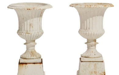A pair of 20th century whitepainted iron and fluted garden vases on square bases H. incl. bases 67 cm. (2)
