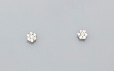 Earrings each drawing a white gold flower, 750 MM, covered with diamonds, 6 x 6 mm, weight: 1.55gr. rough.