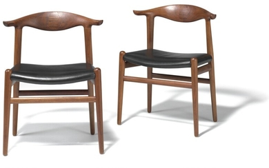 "Hans J. Wegner: ""Cowhorn Chair"". A pair of solid walnut chairs, back with rosewood inlays. Seats upholstered with black leather. Model JH 505. (2)"