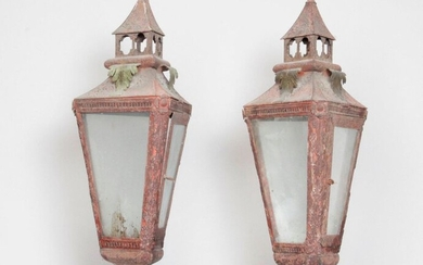 Processional lanterns of triangular shape in painted sheet metal with palmette and rosette decoration. Mounted on a wooden pole. 19th century. With bases. H : 203 cm