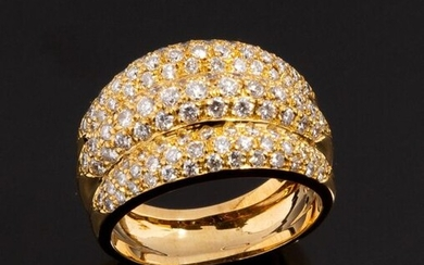 Ring in 18k (750 thousandths) yellow gold forming three gadroons paved with small diamonds in millegrain setting.