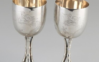Two special Chinese silver chalices, 800/000, chalices with engraved dragons and placed on a round base with bamboo sticks. Stamped: Tuckchang. Shanghai. ø6x15cm. Total approx. 334 grams. In very good condition