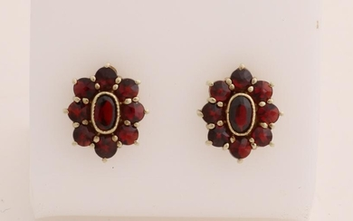 Yellow gold ear studs, 585/000, with garnet. Oval