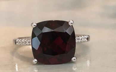 18 kt. White gold Ring with 5.50 ct Garnet and Diamonds