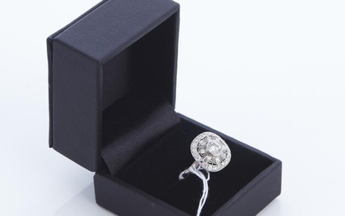 A BELLE EPOQUE STYLE DIAMOND RING IN PLATINUM, THE CENTRE DIAMOND ESTIMATED 0.58CTS, SIZE O, 4.2GMS