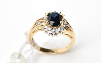 A SAPPHIRE AND DIAMOND CLUSTER RING IN 14CT GOLD, SIZE N