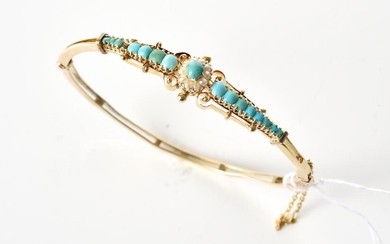 A SEED PEARL AND TURQUOISE BEAD BANGLE IN 9CT GOLD, INNER DIAMETER 60MM, 8.6GMS