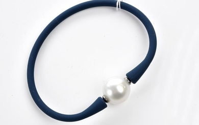 A SOUTH SEA PEARL (14MM) AND NEOPRENE BRACELET IN BLUE