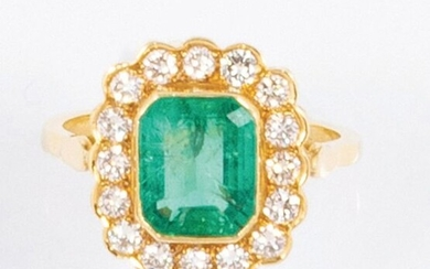 Daisy ring in 18k (750 thousandths) yellow gold with a beautiful semi-set diamond ring and a very soft light green emerald cut.