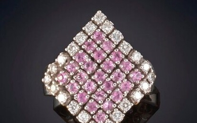 RING WITH A RHOMBUS-SHAPED FRONT SET WITH WHITE AND PINK DIAMONDS. Frame in 19k white gold. Output: 1.080,00 Euros. (179.697 Ptas.)