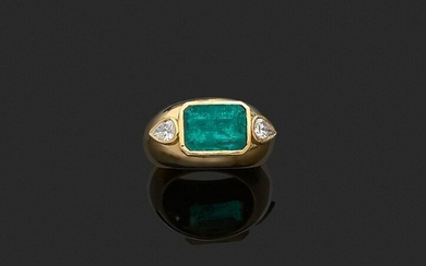 RING in 750 thousandths yellow gold, adorned with a rectangular emerald with cut sides set between two pear diamonds. Finger size : 52. Gross weight : 12,4 g. Presumed weight of the emerald about 3,80 to 4,20 ct. Yellow gold ring set with a...