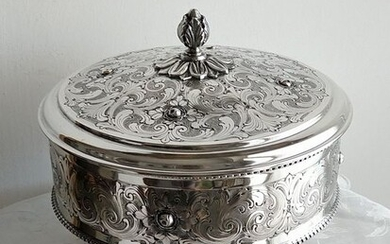 Valuable large box finely chiseled and decorated with a burin - .800 silver - Italy - Mid 20th century