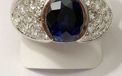 White gold ring, set with a sapphire, calibrating ~ 2.60cts - shoulders set with 30 brilliant-cut diamonds - H / V.S - for ~ 1.80ct. TDD / 55 - 10,6g