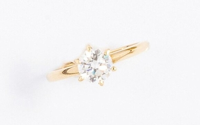 18k (750 thousandths) yellow gold solitaire ring with a round brilliant diamond of approx. 0.60 ct. Colour G-I, clarity SI. Set on six claws. Pointed bezel. Beautiful stone, well cut and luminous.