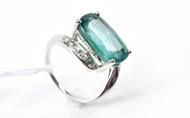 A CUSHION CUT EMERALD OF 5.20CTS AND DIAMOND RING IN PLATINUM, SIZE J, 6.5GMS