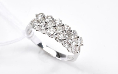 A DIAMOND DRESS RING IN 18CT WHITE GOLD, SIZE N, 3.3GMS