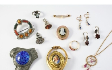 A QUANTITY OF JEWELLERY including a Scottish hardstone and s...