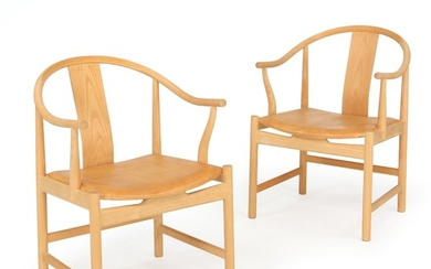 "Hans J. Wegner: A pair of ""china"" armchairs of ash wood. Seat upholstered with patinated natural leather. Manufactured by PP Møbler. (2)"