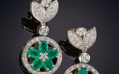 PENDANT EARRINGS OF EMERALDS IN THE SHAPE OF A FLOWER, FRINGED WITH RHINESTONES, HANGING FROM PAVÉ LEAVES OF RHINESTONES. Mounting in 18k white gold. Total weight of the diamonds: 1.64ct. approx. Output: 2.190,00 Euros. (364.385 Ptas.)