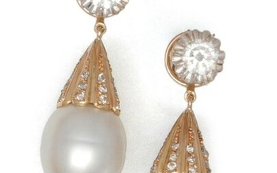 Pair of yellow gold earrings made up of a brilliant-cut diamond holding a drop-shaped pearl in pendants surmounted by smaller diamonds. The drops are removable. Diamond weight principaux : 0.50 carat each. Longueur : 3 cm. P. Brut : 13.2 g.