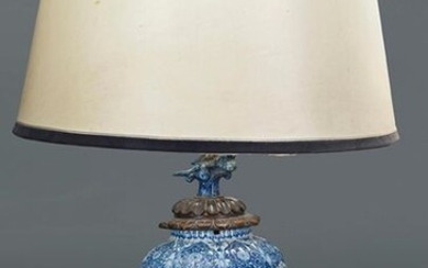 White and blue oriental porcelain vase adapted for lamp. Height: 33 cm. Exit: 90uros. (14.975 Ptas.)