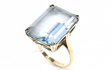 A BLUE STONE COCKTAIL RING IN 9CT GOLD, SIZE N