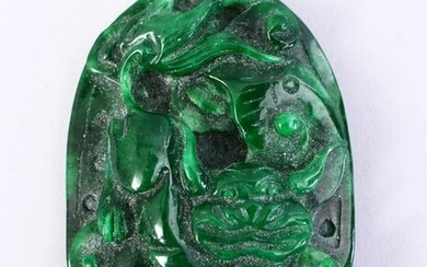 A CHINESE CARVED JADE LION DOG PENDANT, 7CM.